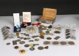 Samling mynt- och medaljer och pins, silvervikt på ca 650 gram