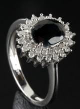 Safir og brillant ring udført i 9 kt. rhodineret guld