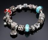 Pandora. Armlænke med signaturlås samt 18 charms af sterlingsølv