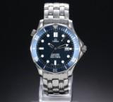 Omega Seamaster 'James Bond'. Herreur i stål med blå skive med dato, ca.1998