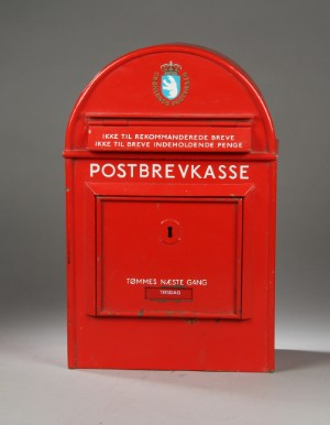 Slutpris för Gammel postkasse af rødlakeret metal