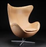 Arne Jacobsen. Ægget betrukket med naturlæder, model 3316 Red Label
