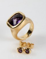 Ole Lynggaard. Cushion ring and 'Boble' earrings with amethyst, 18 kt gold (3)