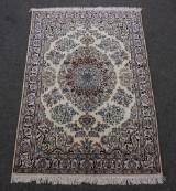 Fintknyttet persisk Nain tæppe, knyttet med silke, 175 x 112 cm.