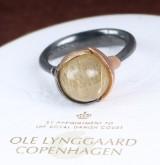 Ole Lynggaard. 'Lotus' ring af oxideret sterlingsølv med blade af 18 kt. rosa- og rødguld med rutilkvarts