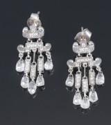 Et par diamant-chandeliers ørestikker udført af 18 kt. rhodineret guld, i alt ca. 4.50 ct. (2)