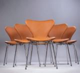 Arne Jacobsen. Et sæt på seks stole 'Syveren', model 3107, cognacfarvet Calvados læder. Ny siddehøjde 46,5 cm. (6)