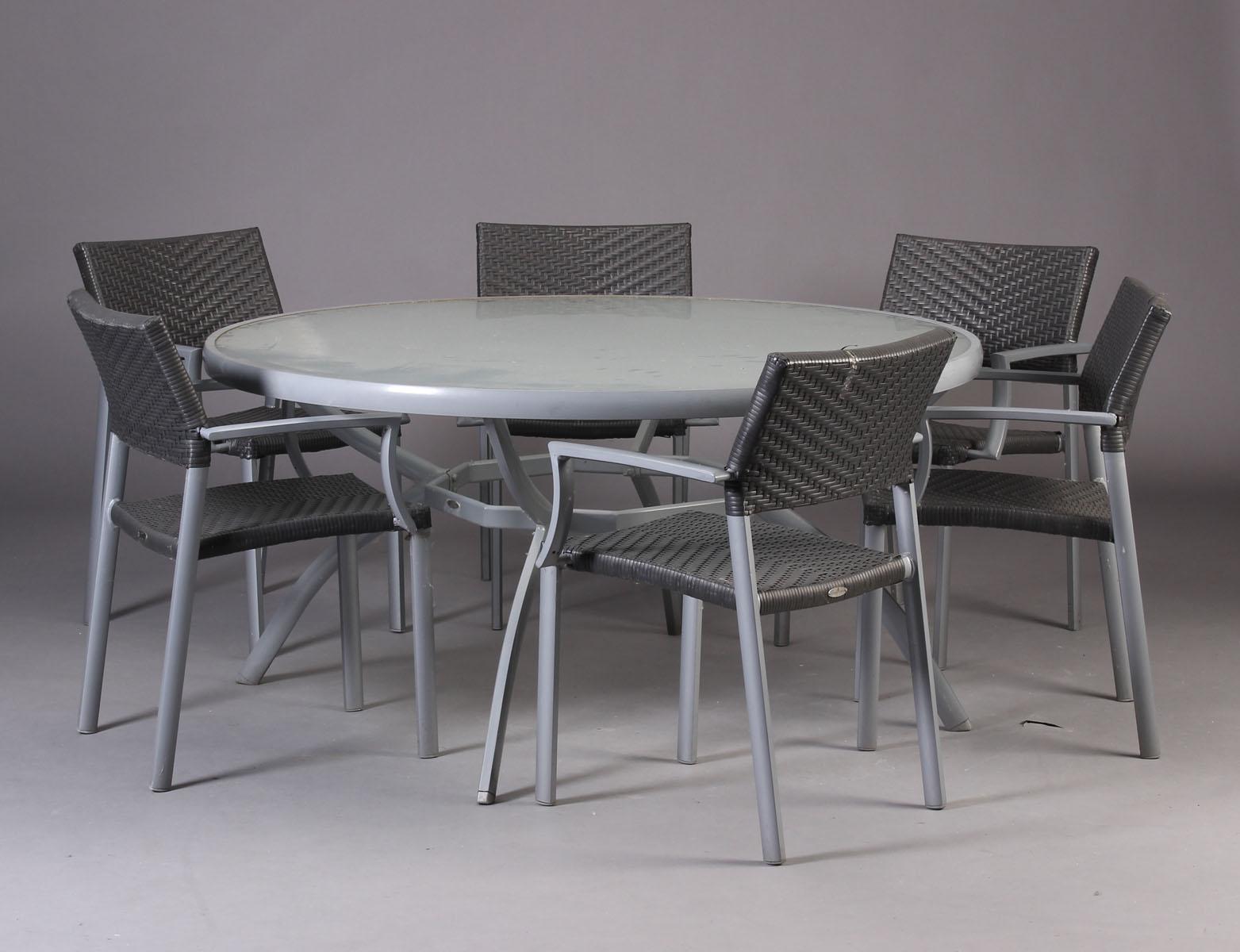 Living Elements. Havebord samt armstole - Living Elements. Havebord samt armstole af polyrattan, stel af grålakeret metal, plade af matteret glas. H 74 cm. Ø 150 cm. Fremstår med brugsspor, snavset, pletter og enkelte brud på flet