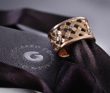 Ole Lynggaard. Woven ring, 14 kt. gold, five brilliant-cut diamonds