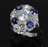 Sapphire ring, 18 kt. white gold and platinum with diamonds - central stone 1.50 ct.