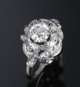 Diamantring aus 18 kt. Weißgold, zus. ca. 1.03 ct. Mitte 20. Jh.