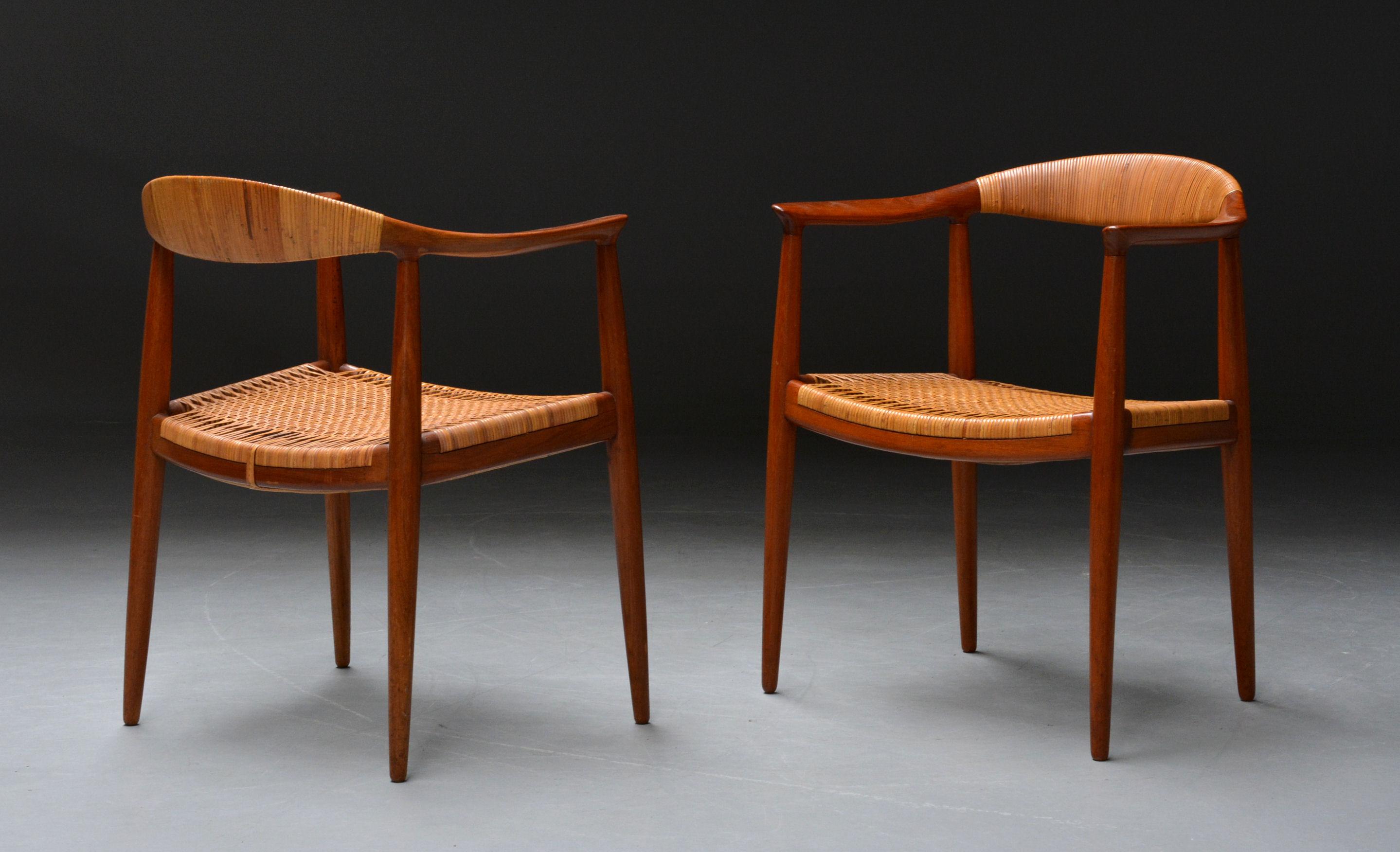 Hans J. Wegner for Johannes Hansen. Et par armstole, model JH501 The chair / Den runde stol - Hans J. Wegner 1914 - 2007. Et par armstole, model JH501 The Chair / Den runde stol, stel af massiv teak, sæde og kopstykke beviklet med sjeneflet. Formgivet i 1949. Tidlig model, fremstillet hos Snedkermester Johannes Hansen. Alm. aldersrelateret...