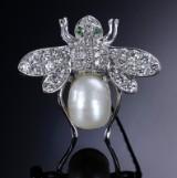 Retro diamant- og kulturperlebroche af 18 kt. hvidguld - i alt ca. 1.30 ct.