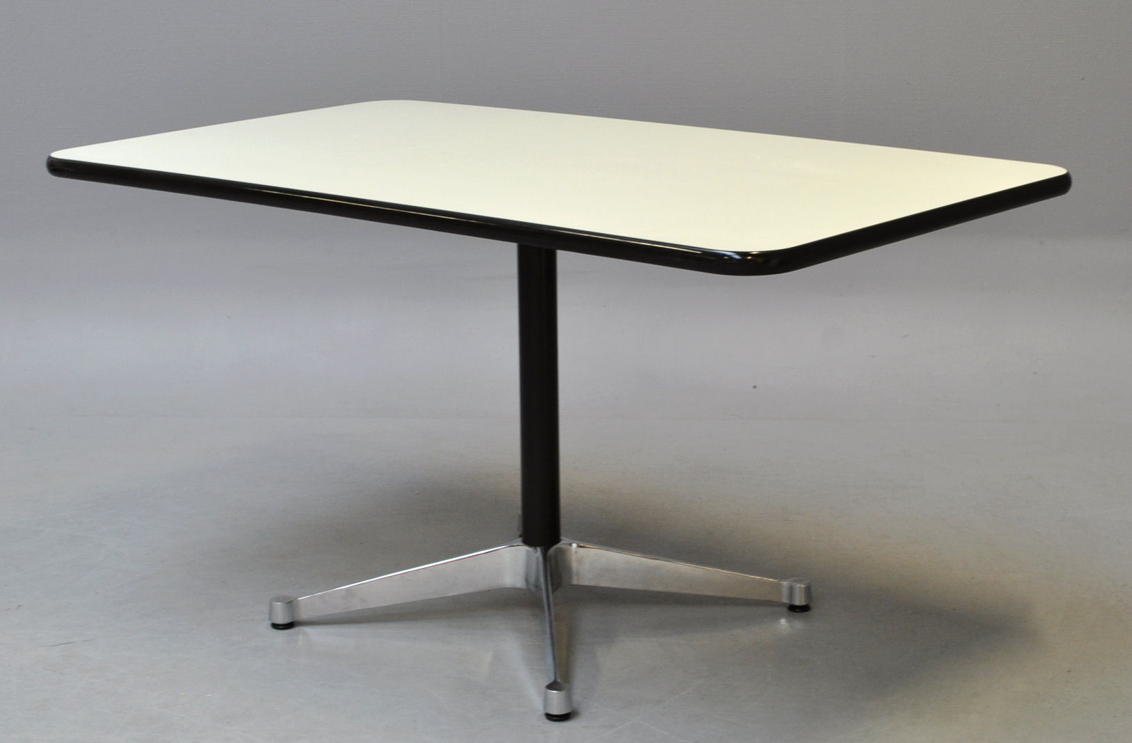 Charles og Ray Eames. Contract Table