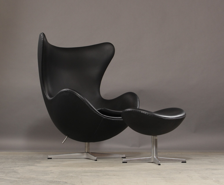 Arne Jacobsen. The Egg, lounge chair, model 3316, with accompanying ottoman, model 3127 - Arne Jacobsen 1902-1971. The Egg, lounge chair, model 3316, with tilt function and accompanying ottoman, model 3127, both with original black leather upholstery, moulded aluminium foot, Egg chair with base in aluminium and stål. Produced and marked...