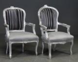 To lænestole i rokoko-stil, stel af sølvbemalet træ (2)