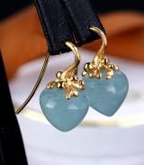 Ole Lynggaard. Et par 'Dew Drop' ørehængere af 18 kt. delvis satineret guld med akvamariner. (2)