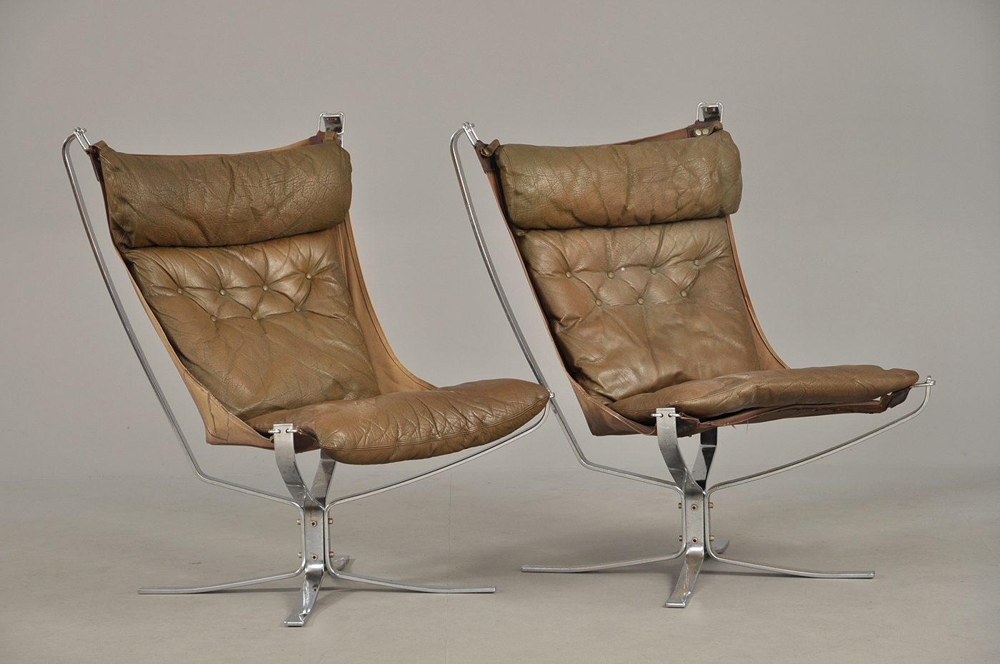 Sigurd Ressell. A pair of high backed Falcon Chairs, steelleather (2)
