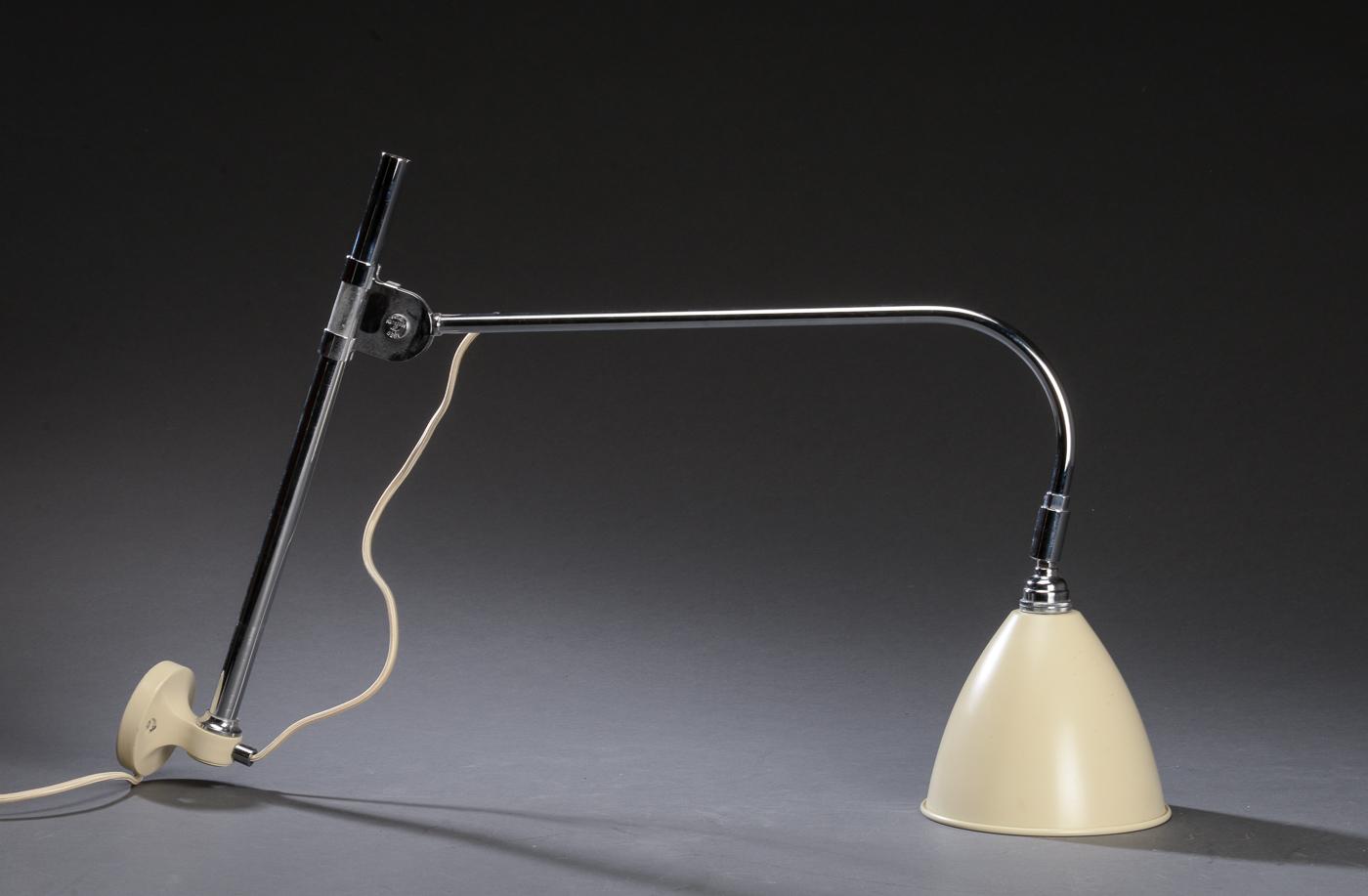 Robert Dudley Best. BestLite væglampe, model BL6 - Robert Dudley Best. BestLite væglampe, model BL6, Off White/krom, justerbar. Formgivet ca. 1930. Fremstillet hos Gubi. Fremstår med brugsspor