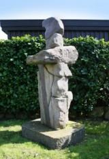 Finn Nielsen. Skulptur af granit, H. 190 cm