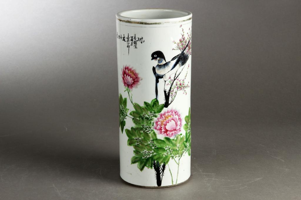 Kinesisk hatstand / vase af porcelæn - Kinesisk hatstand / vase af porcelæn med polykrom emaljemalet dekoration i form af blomster og fugl samt kinesiske skrifttegn. 20. årh. H. 28 cm