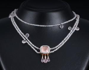 Ole Lynggaard. Cushionlås af 18 kt guld med rosakvarts og brillanter samt to kæder i rosakvarts (3) - Dk, Vejle, Dandyvej - Ole Lynggaard. Cushionlås af 18 kt guld, prydet med en rosakvarts i cushion slib omkranset af 22 brillantslebne diamanter, på undersiden hæftet tre dråbeformede rosakvartsvedhæng ligeledes prydet med brillanter. Diamanter i alt  - Dk, Vejle, Dandyvej