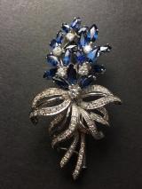 Brilliant-cut diamond brooch featuring sapphire