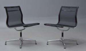 Charles Eames. Et par netstole, model EA-106 (2) - Dk, Kolding, Trianglen - Charles Eames 1907 - 1978. Et par stole fra serien 'Aluminium Group' model EA-106 med stel i poleret aluminium med drejefunktion. Sæde og ryg med sort net-væv. Formgivet 1958. Fremstillet hos Vitra. Almene aldersrelaterede brugs - Dk, Kolding, Trianglen