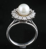 18kt diamond and fresh water pearl ring approx. 0.30ct