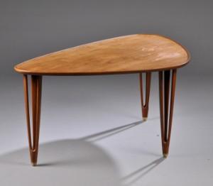 Slutpris för B C møbler. Trekantet sofabord