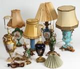 Samling prydvaser/lamper af porcelæn og glas (9)