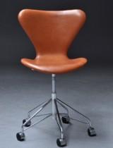 Arne Jacobsen. Kontorstol, model 3117, new upholstery in cognac Vacona leather
