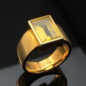 Citrinring - De, Düsseldorf, Völklinger Straße - Ring udført af 14 kt. guld (stemplet), prydet med en baguetteslebet citrin på ca. 8,9 x 12,4 mm. Ringstr. ca. 57, diameter ca.: 18,2 mm. Vægt ca. 13,5 g. Ringen fremstår i aldersrelateret stand med svage brugsspo - De, Düsseldorf, Völklinger Straße