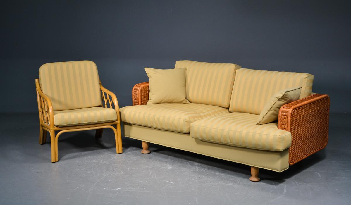 Sofa og lænestol bambus og flet - Sofa og lænestol bambus og flet, med løse hynder betrukket med beige møbelstof. Mål på sofa ca. L 170 cm. D. 86 cm. Sædeh. 42 cm. Bredde på stol er ca. 62 cm. Fremstå med brugsspor
