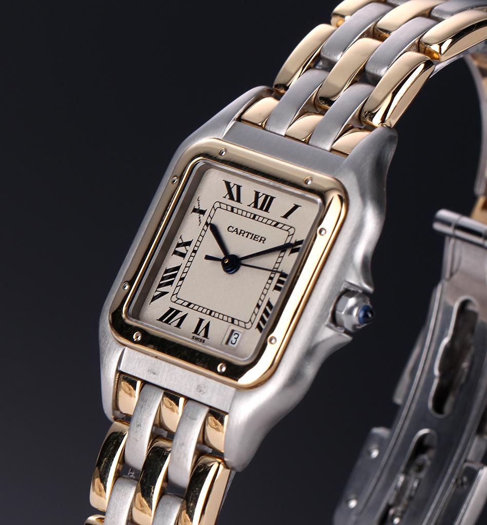 """Cartier Panthere. Unisexur i 18 kt. guld og stål med dato, 1990erne - Unisex armbåndsur fra Cartier, model Panthere, i urkasse og med tilhørende lænke af tre rader 18 kt. guld og stål, lys skive med romertal, datoangivelse ved 5"""" position, optrækskrone prydet med cabochonsleben safir, safirglas, quartz urværk...."""