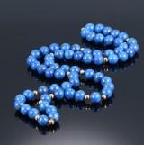 Lapis lazuli halskæde med mellemperler af guld. Vægt ca. 95 g. L. 76 cm