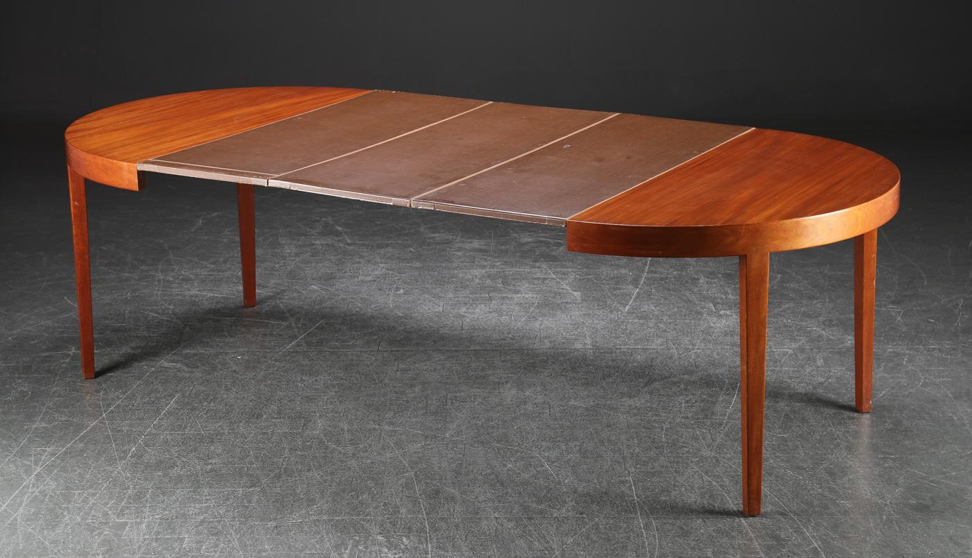Cirkulært spisebord med udtræk, mahogni - Cirkulært spisebord med udtræk, fremstillet af fineret og massiv mahogni. H. 72, Ø 119 cm. Tre tillægsplader medfølger. Dansk møbelproducent