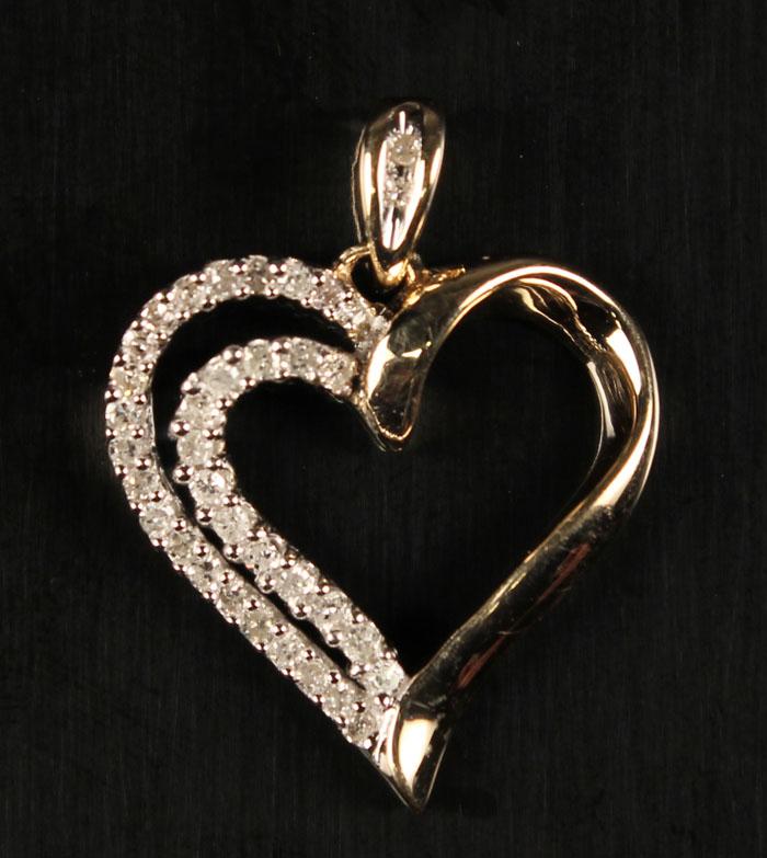 Hjertevedhæng med diamanter - Vedhæng i form af hjerte af 9 kt. guld prydet med små diamanter på i alt ca. 0.25 ct. Farve: Top Crystal-Crystal (I-J). Klarhed. P2-P3. H: ca. 23 mm