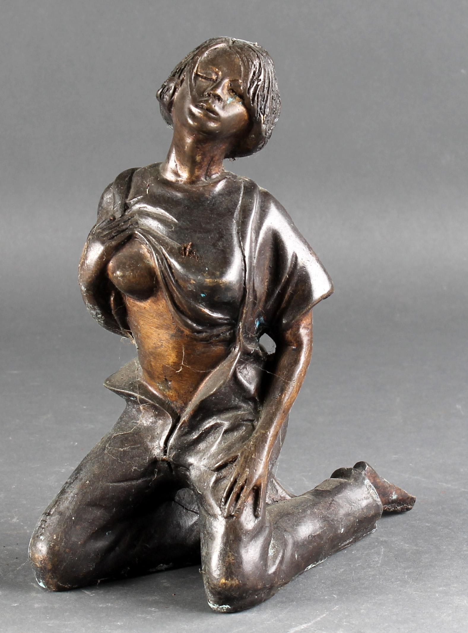 Erotisk figur af bronze - Erotisk figur af bruneret og patineret bronze i form af kvinde. H. 25,5 cm. Af nyere dato. Brugsspor