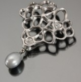 Ole Lynggaard. 'Morgendug' - brooch, 18 kt. white gold with diamonds and pearl, 0.15 ct.