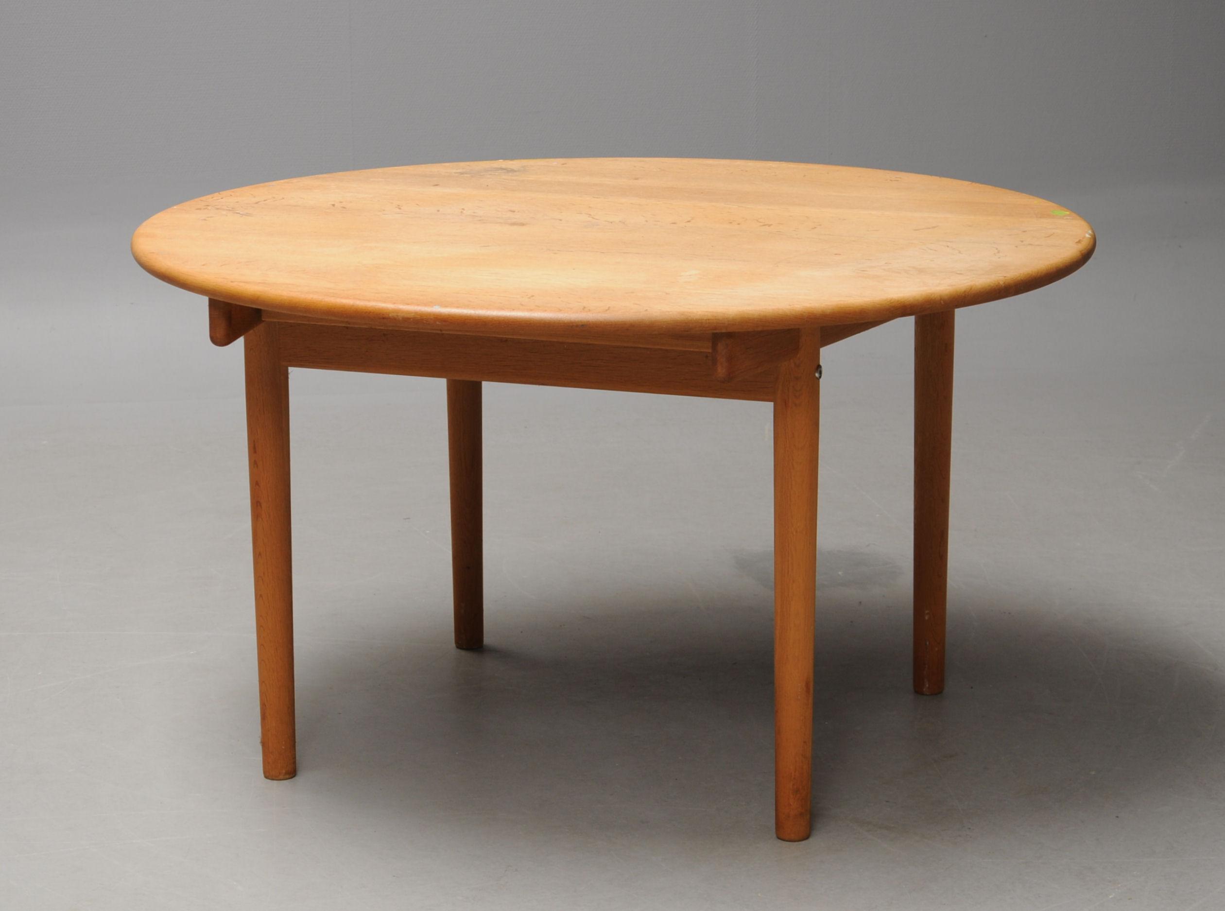 Hans J. Wegner. Round oak dining table, model PP 9 9   Lauritz.com