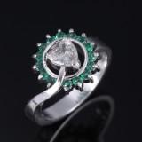 Diamant- og smaragdring af platin, i alt ca. 0.74 ct