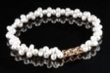 Ole Lynggaard. 'Prisme' lås af 18 kt. guld med brillanter samt perlekæde (2)