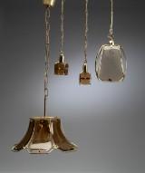 Samling lamper af røgfarvet glas og messing. (4)