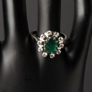 Smaragd/brillantring i 585/- hvidguld - De, Hamburg, Große Elbstraße - Smaragd-brillantring udført af 14 kt. hvidguld, prydet med 1 ovalslebet smaragd på ca. 0.75 ct. og 10 brillanter på ca. 0.45 ct. i alt. Farve: Top Wesselton (G), klarhed: ca. SI og P, ringstr.: 56,5, Ø 18 mm, vægt: 3, - De, Hamburg, Große Elbstraße