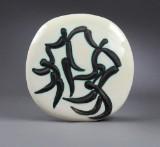 Pablo Picasso. Plakette af delvis glaseret og bemalt keramik, visende fire dansende figurer, 'Quatre danseurs'.CD