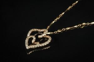 Halskæde med brillantvedhæng ca 1.08 ct. - Dk, Helsingør, Støberivej - Vedhæng af 14 kt guld. I form af et hjerte. Prydet med talrige brillantslebne diamanter. I alt ca. 1.08 ct. Farve lys gul. Klarhed SI-P1. Mål ca 2,6x2,1cm. Dertil kæde af 9 kt. guld. L. 40,5 cm. Totalvægt ca. 4,7 gram. - Dk, Helsingør, Støberivej
