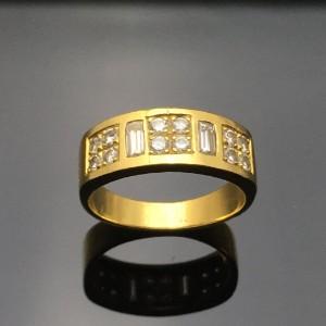 Diamantring - De, Düsseldorf, Völklinger Straße - Ring udført i 14 kt. guld (kontrolleret), prydet med 12 brillanter på i alt ca.: 0.24 ct. Farve: Top Wesselton (G), klarhed: VSI1, samt med to baguetteslebne diamanter på på ca. 2,2 x 4,2 mm. Ringstr. ca.: 54,5,  - De, Düsseldorf, Völklinger Straße