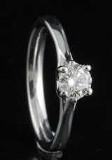 Ring in 18k set with a brilliant cut diamond 0.45 ct
