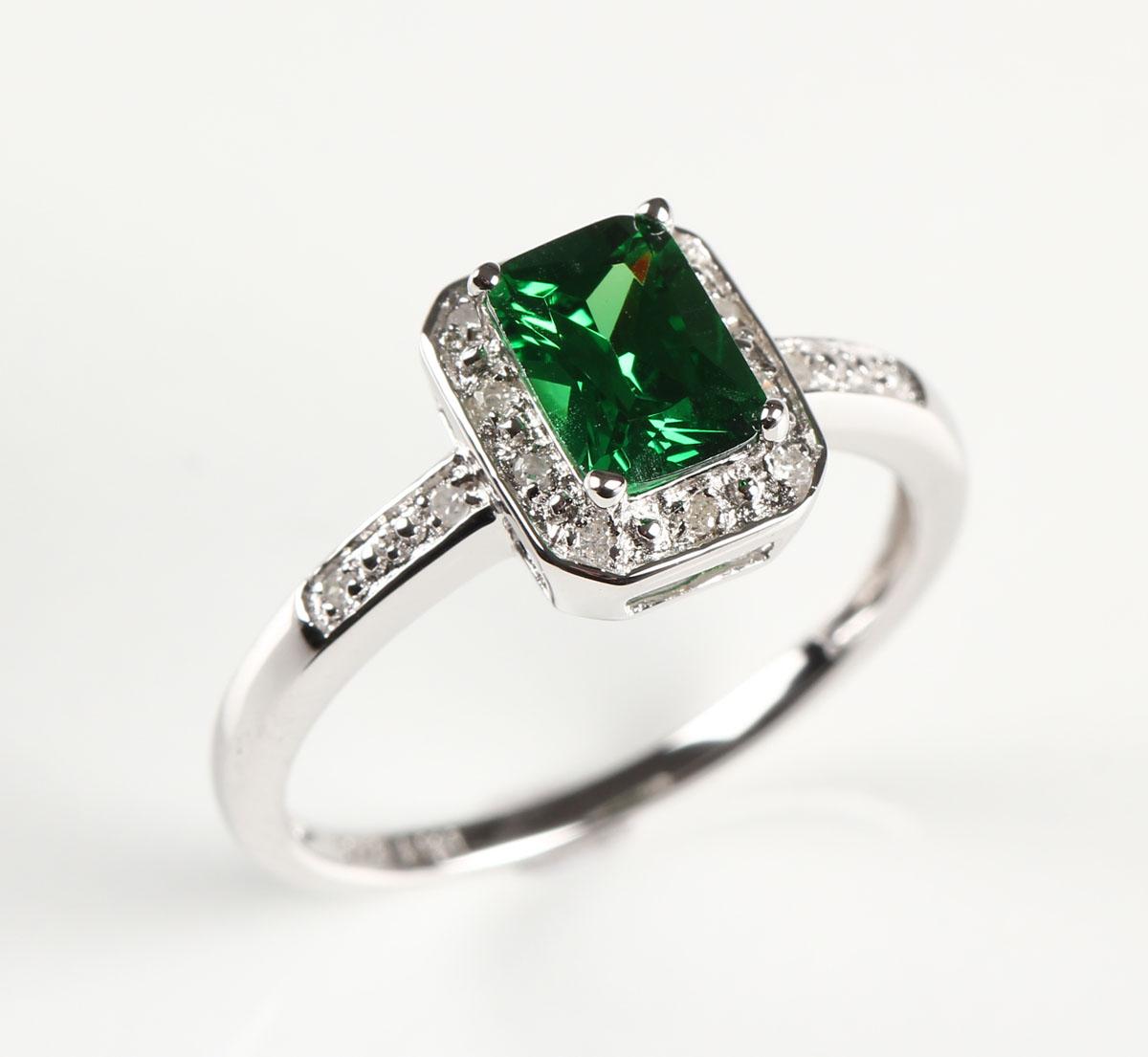 ring med smaragd